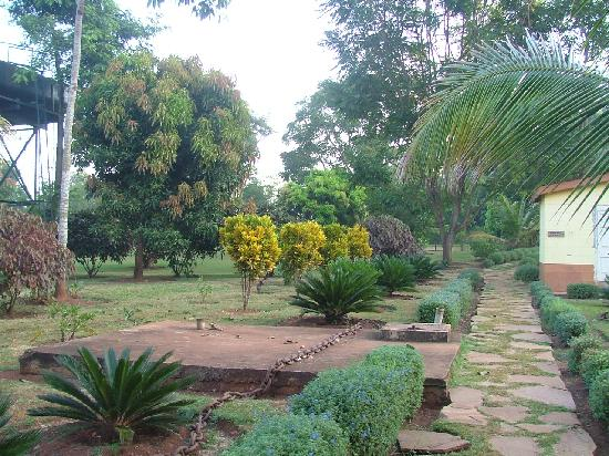 Masindi Hotel : Gardens to the rear.