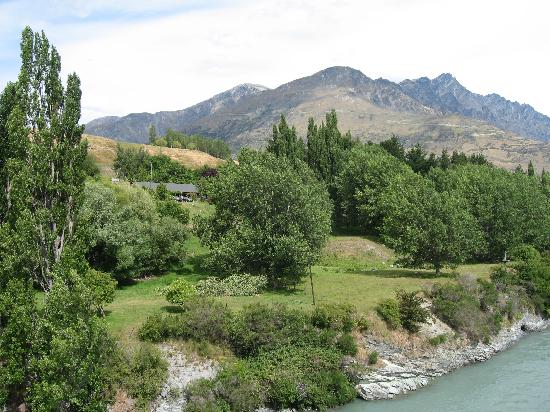 The Old Ferry Hotel Bed & Breakfast: The Ferry from the Shotover Historic Bridge