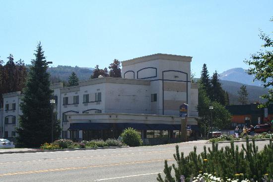 Best Western Alpenglo Lodge: Extérieur de l'hôtel sur la Highway 40.