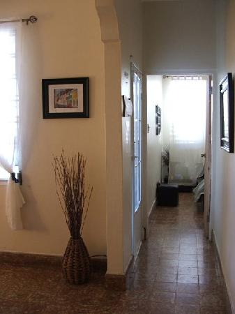 Coqui del Mar Guest House: hallway from bedroom by living room