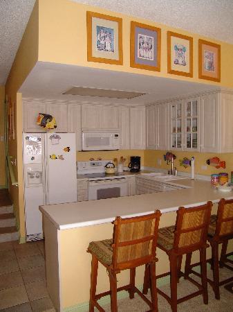 Hale Mahina Beach Resort: View of Kitchen