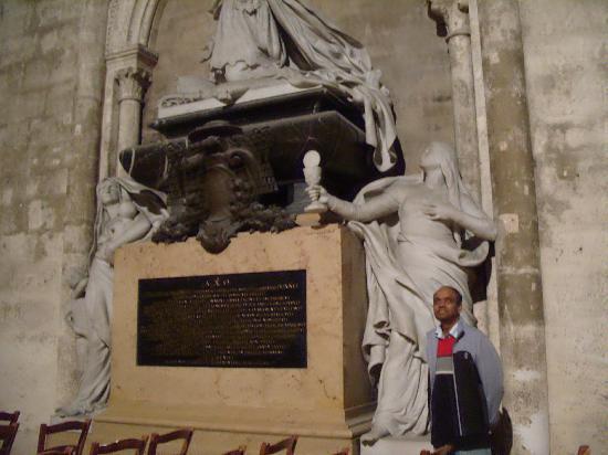 St. Andre Cathedral (Cathédrale Saint-André): Beautiful sculpture inside St. Andre in Bordeaux