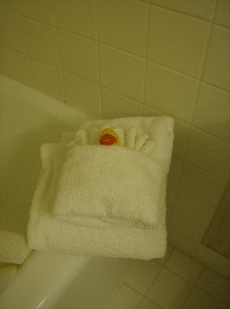 Merit Hotel & Suites: Cute Duck and Towels on Tub Ledge