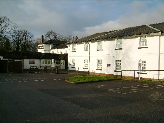 Premier Inn Gloucester (Twigworth) Hotel: Premier Inn Twigworth (rhs) and part of 'The Oakwood' pub (lhs)