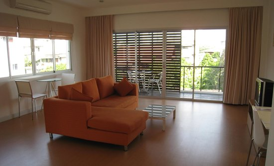 Studio 99 Serviced Apartments: Living Room with Balcony