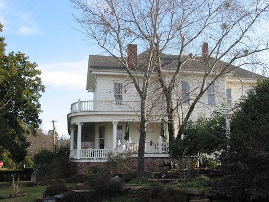 The Spring Street Inn B&B: Side view of the Inn