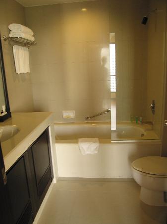 Bandara Suites Silom, Bangkok : Bathroom