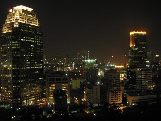Bandara Suites Silom, Bangkok : Nightime view