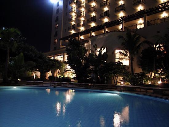 Hotel Nikko Alivila Yomitan Resort Okinawa: 夜のプール