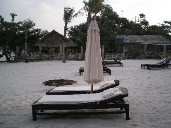 Becko Jacks Resort: beach chairs at the resort