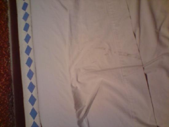 Hotel Xbalamque Resort & Spa: stains on the bed