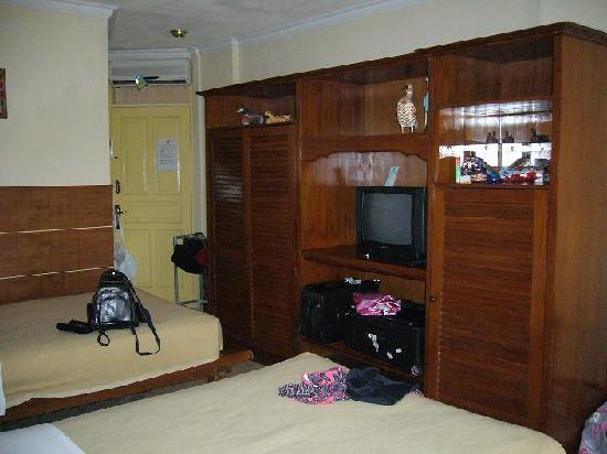 Melasti Legian Beach Resort & Spa: Wardrobe and Tv