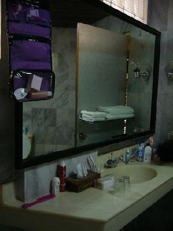 Melasti Legian Beach Resort & Spa: Bathroom sink