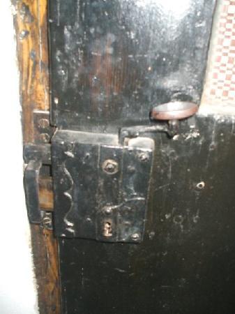 Guesthouse Postavarului: The antique lock to one of the single rooms at Guesthouse Postavaralui!