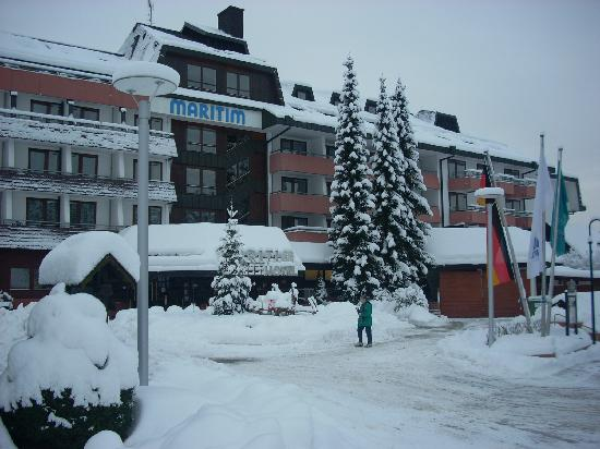Maritim TitiseeHotel: The hotel just after a snow storm.