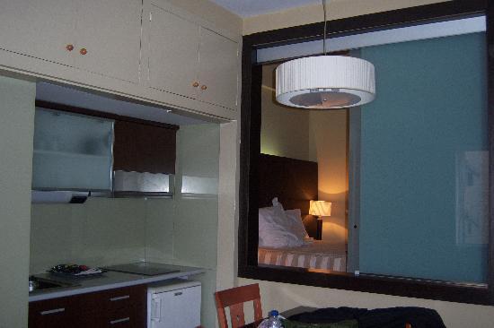 Aparthotel Senator Barcelona: Cocina y dormitorio