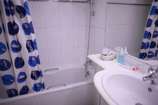 Colombus Hotel: シャワーカーテンがかわいい