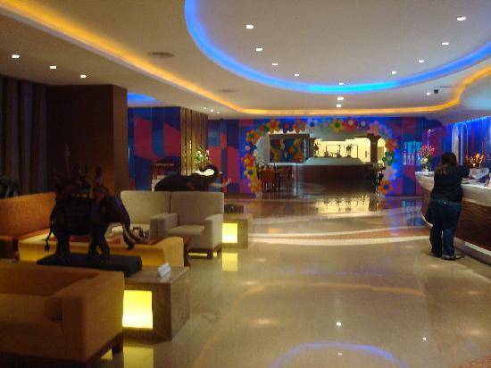 Hip Bangkok: Lobby corridor