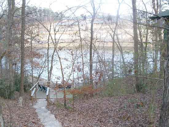 Five Points Cabins: Walk down to the water