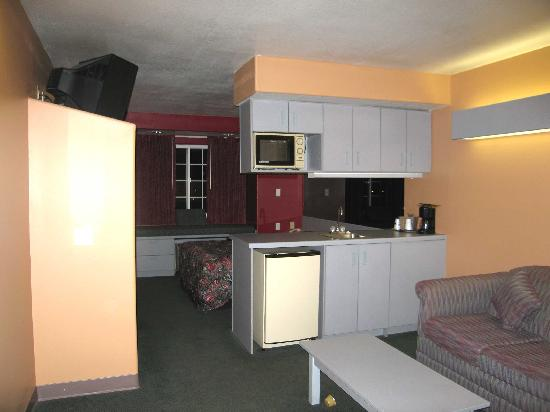 Microtel Inn & Suites by Wyndham Clarksville : Room 110 - Living Area