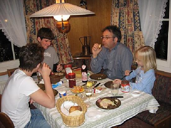 Chalet Gletschertal : Enjoying dinner in the apartment