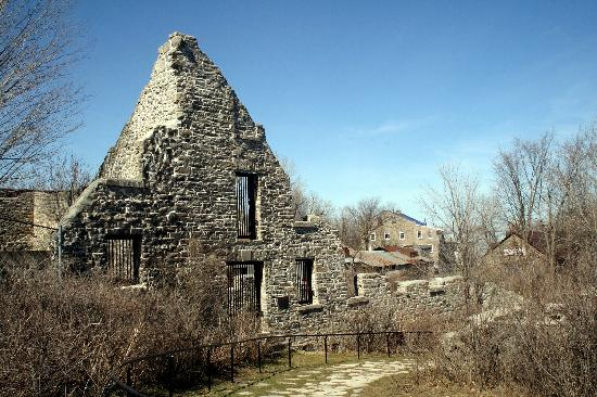 Merrickville, Canada: Ruins with Path