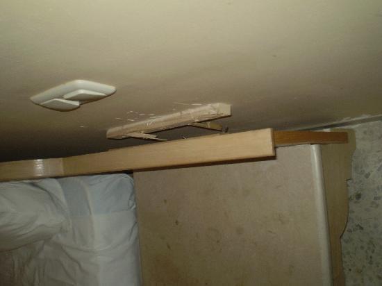 les probl mes d 39 entretien dans les chambre fuite clim. Black Bedroom Furniture Sets. Home Design Ideas