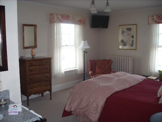 Oxford House Inn: Sewing Room - Queen Bed - View of Mountains !!