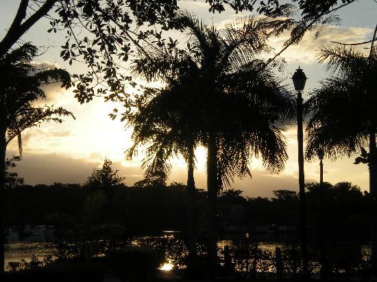 Amatique Bay Resort & Marina: sunset over the pond in resort