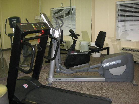Fairfield Inn & Suites by Marriott Atlanta Perimeter Center: small mirrored exercise room