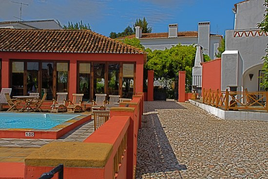 Borba, Portugal: Pool and Dining Room
