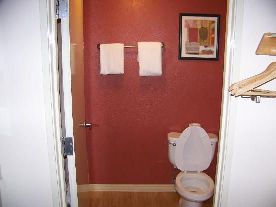 Red Roof Inn Tucson North - Marana: Bathroom At the Red Roof Inn