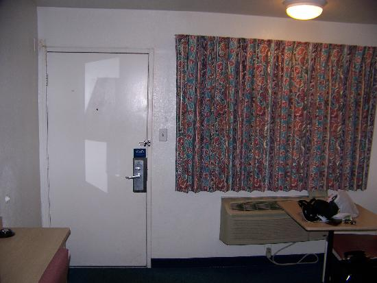 Motel 6 San Antonio East: Entrance doors from the exterior