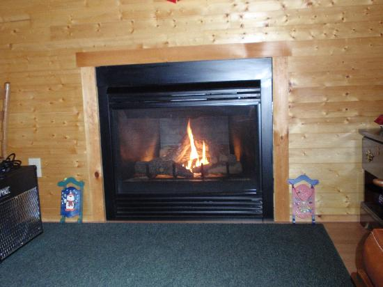 Maple Lodge Cabins and Motel: Fireplace
