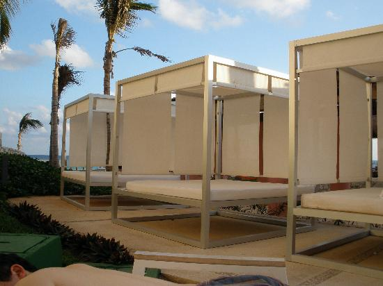 The Westin Lagunamar Ocean Resort Villas & Spa, Cancun : lounge beds