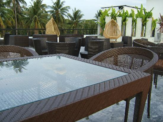 The Kris Resort: roof top chillout next to sushi restaurant and drinks