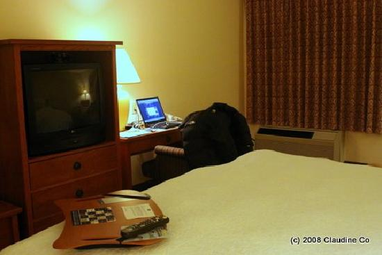 Hampton Inn San Diego/Del Mar: Bedroom - TV & desk
