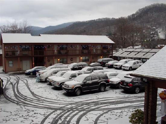 Maggie Valley, NC: Hotel parking lot covered in snow!!