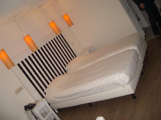 Hotel Bommelje: Bett im Hotelstudio