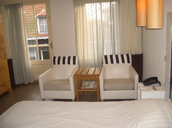 Hotel Bommelje: Sitzgelegenheiten, dahinter: Balkon