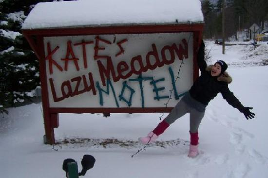 Kate's Lazy Meadow Motel: Me at the Motel Sign!