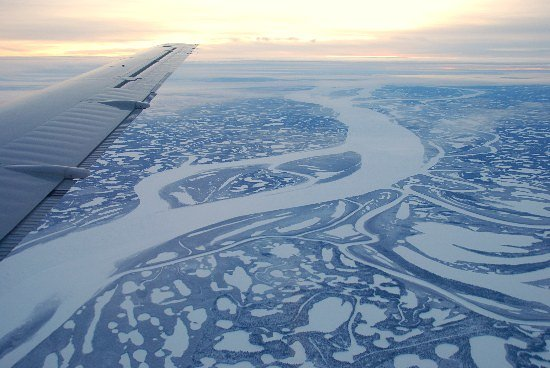 Northwest Territories, Kanada: Middle Channel of the Mackenzie River from approach to Inuvik