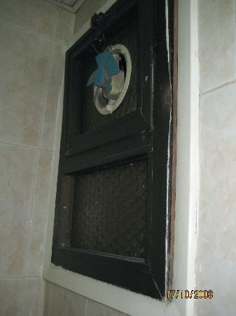 Hor Moheb Hotel: Toilet: Dirty exhaust fan