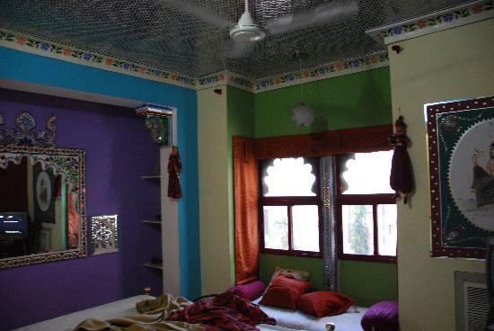 Hotel Udai Niwas: Colourful and charming