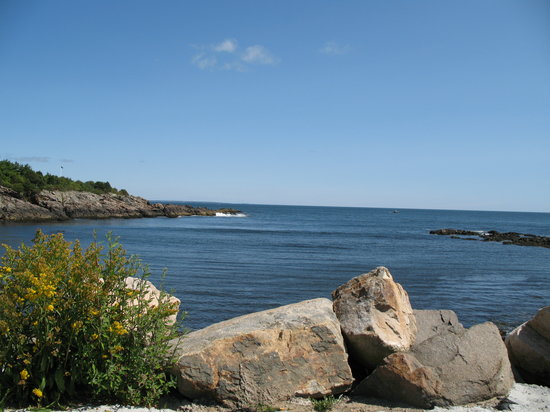 Ogunquit, ME: Sitting at Perkins Cove looking out at Atlantic Ocean