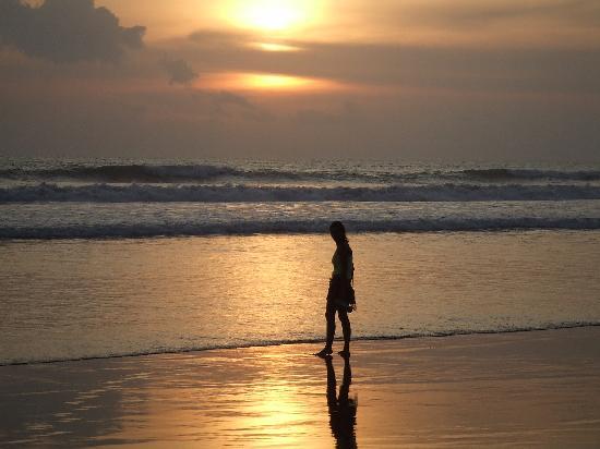 The Oberoi Bali : beach as the sun goes down
