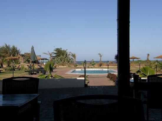 Dunes Resort: View on the garden & ocean from the terrace restaurant