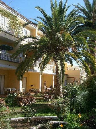 Hotel RF San Borondon: Blick von Garten auf Erdgeschoss