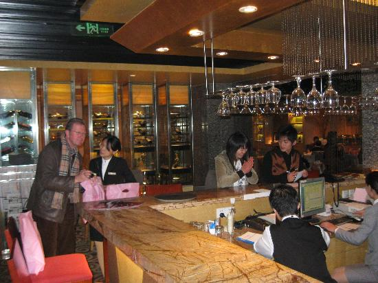 Xiangmei International Hotel: the lobby-bar, and the western restaurant on the right