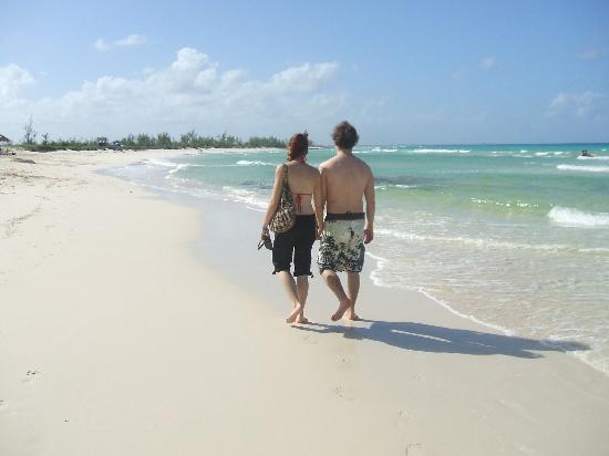 Brisas Covarrubias Hotel: Ma copine et moi sur la plage!